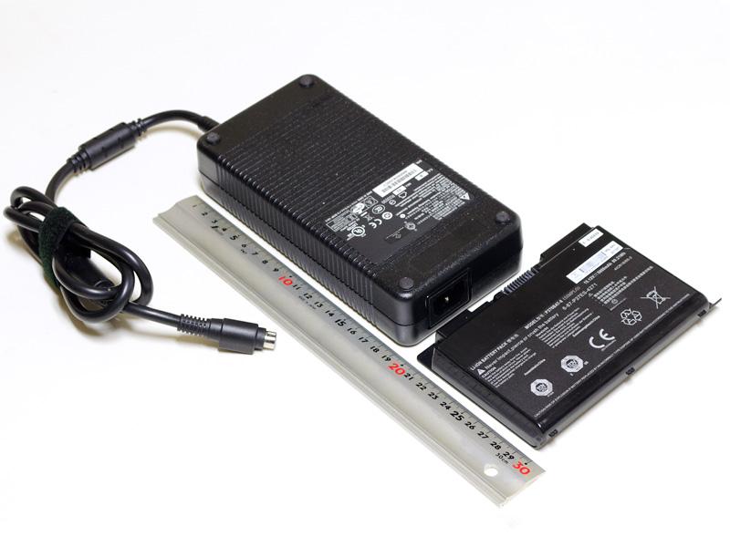 ACアダプタとバッテリ。195×95×45mm/1,249gと、小型ノートPC並みの重量