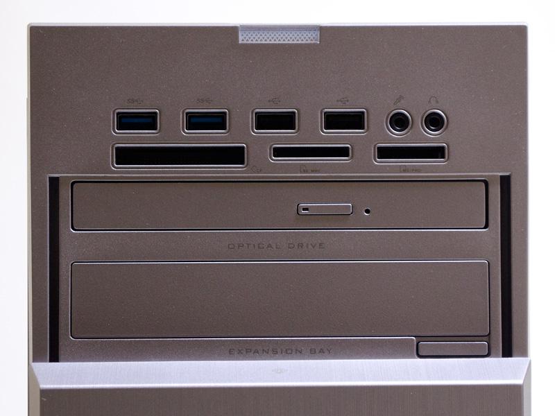前面(カバー無し/アップ)。USB 3.0×2、USB 2.0×2、音声入出力、カードリーダ、DVDスーパーマルチドライブ