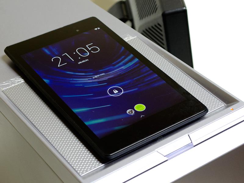Qi充電中。Qi対応デバイスを本体上部に置くと充電ができる。この時、右手前のLEDが光る