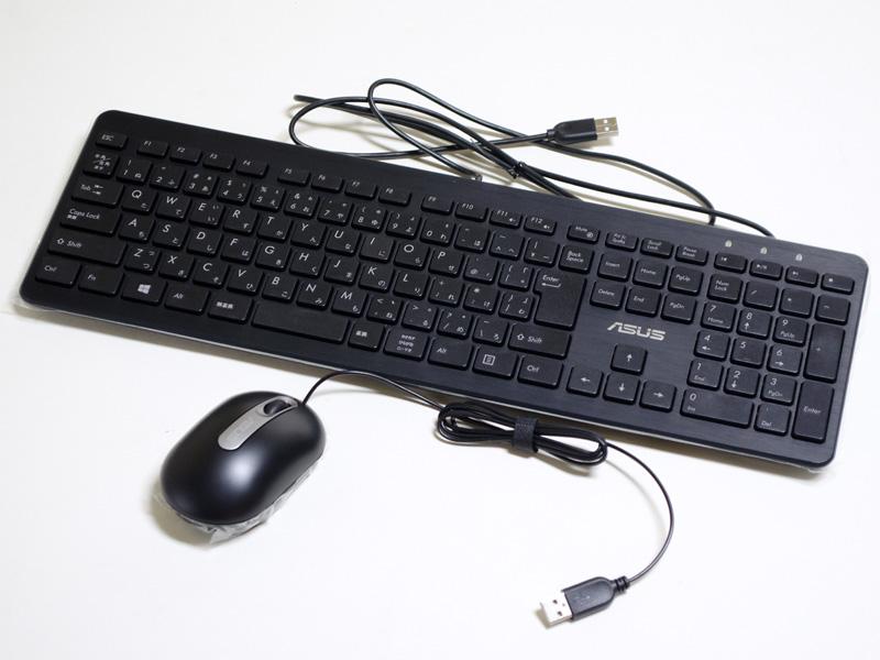 付属品。USB接続のマウスとキーボード
