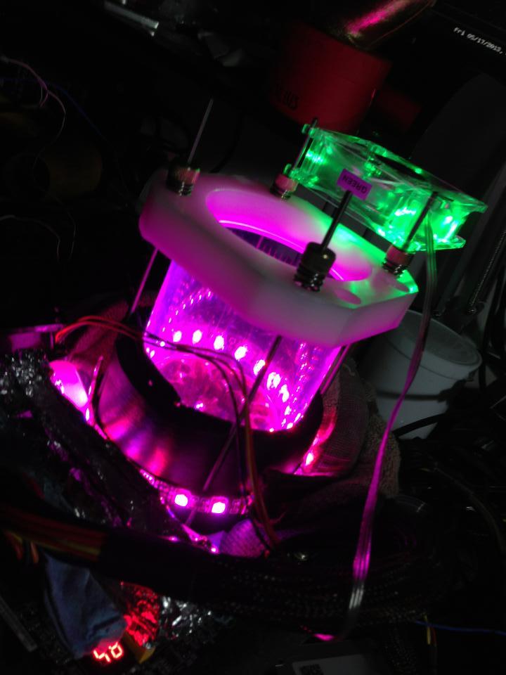 LEDライトアップがさらに進化、好みの色に調光できるようにしたという。これはそれぞれのマザーボードのイメージカラーに合わせるためだという(写真提供:Chi-Kui Lam氏)
