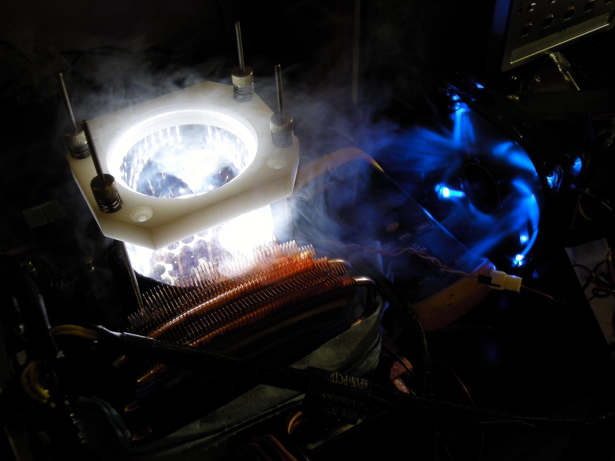 LEDを埋め込み、明るくして液体窒素の流動を観察したという(写真提供:Chi-Kui Lam氏)