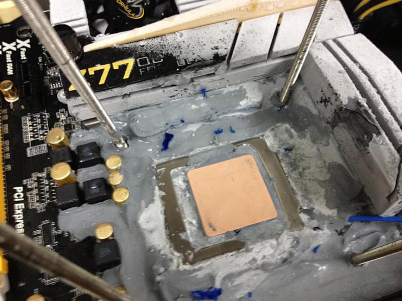 Core i7-3770Kのヒートスプレッダ。研磨によって表面のニッケル塗装が削られ、銅の色となっている