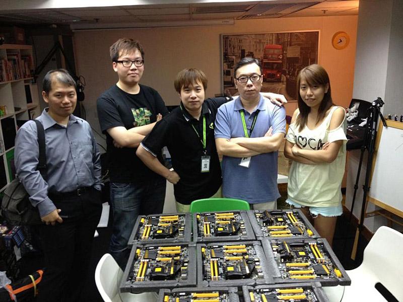 写真中央がChi-Kui Lam氏。Z77 OC Formulaがたくさん並んでいる