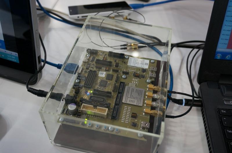 Intelブースで行なわれていたFDD LTEのCAT6/300Mbpsでの通信デモの様子、下り300Mbpsが実現されていた