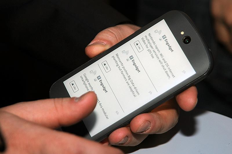 現行製品は下の額縁部分にタッチ操作を限定していたのに対して、次世代では電子ペーパー側でも全画面でのタッチ操作が可能に