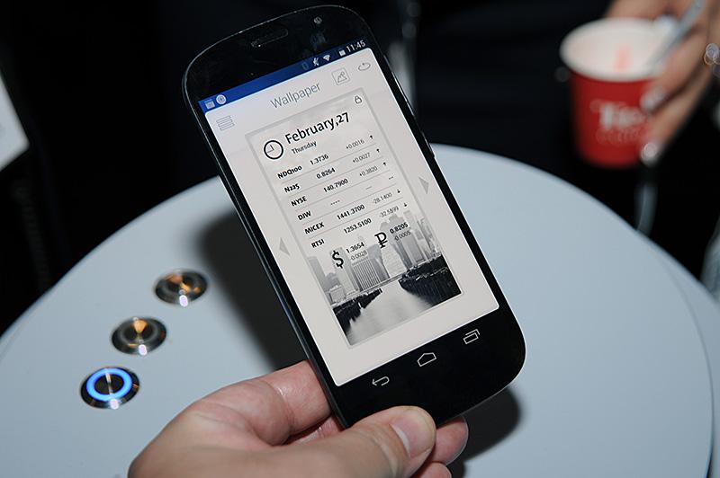数種類の設定の中から選べる壁紙。株式や為替レートを自動更新するものもある。この壁紙アプリのほかにも専用アプリが数多く用意されており、さまざまな利用シーンが提案されている