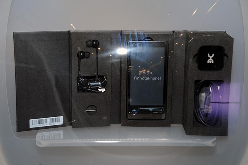 YotaDevicesのブースには出荷のはじまったYotaPhoneのパッケージが展示
