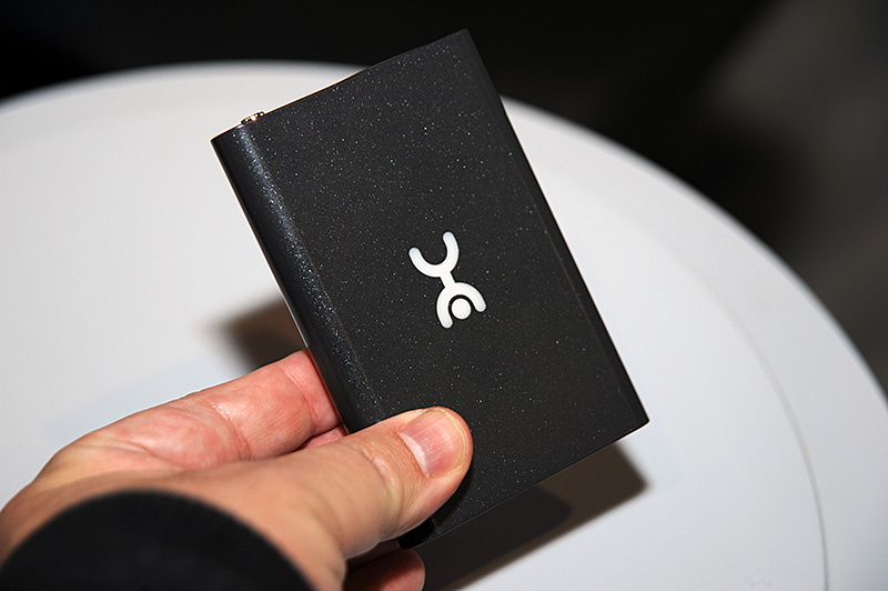 LTEルーターの「Ruby」。ステータスの表示に電子ペーパーを採用する。Wi-Fiのホットスポット機能は、パスワード保護のあるPrivateモードと、友人などにも開放するパスワードのない接続をスイッチ操作で変更可能。最大10台のクライアントから利用可能。USB 2.0のコネクタをヒンジ部分に搭載しており、PCなどにはデータスティックとして直接接続できる。SIMスロットはこのヒンジ部分の奥にある