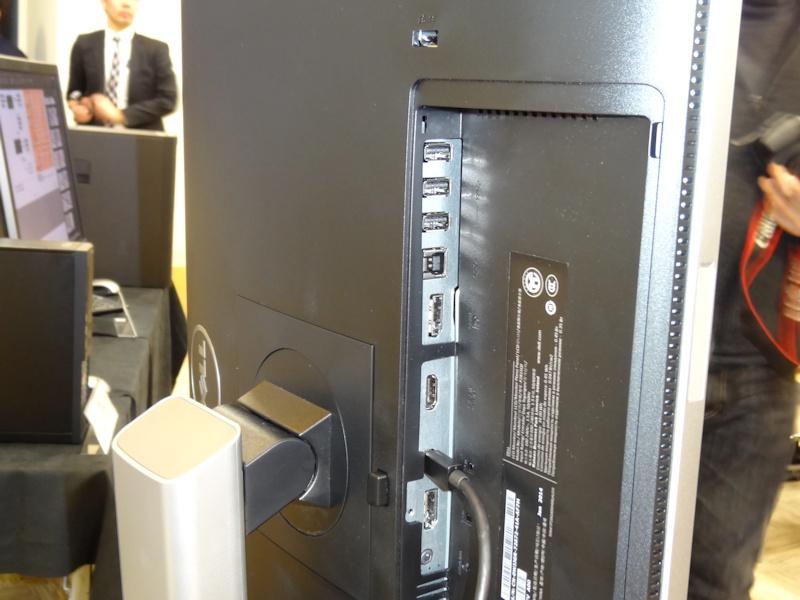 インターフェイス。USB 3.0 Hubも搭載し、1ポートは電源オフ時の給電に対応