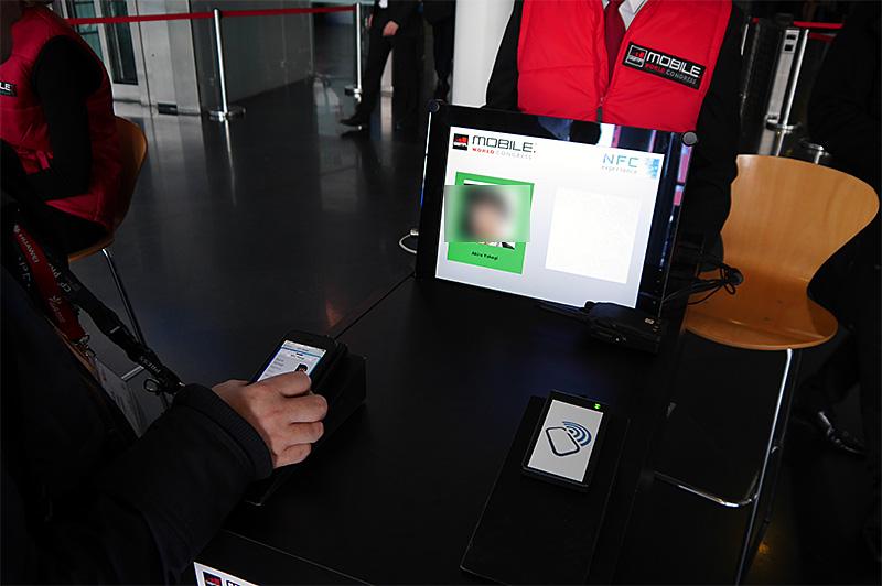 NFC Badgeによる入場の様子。仕組みとしては2013年と同一で、記録された顔写真がゲートの手前と向こう側に表示されている