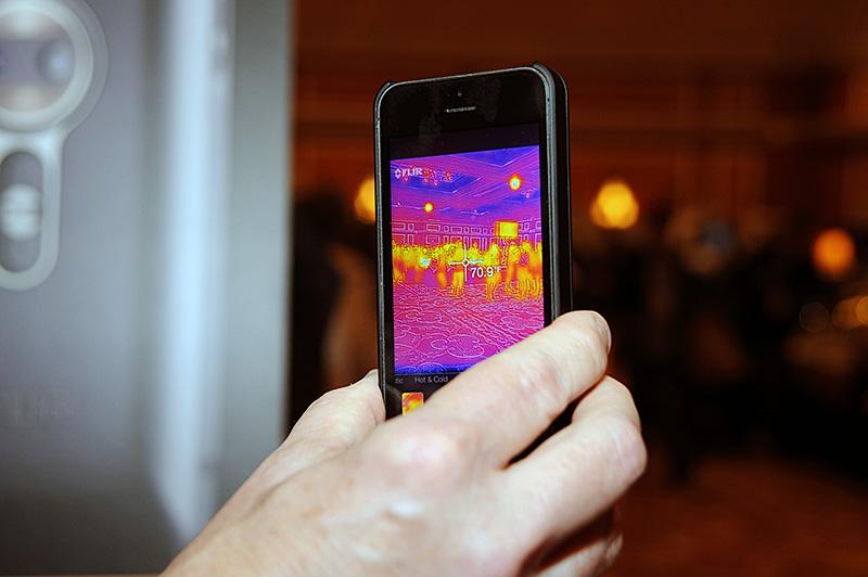 サーマルセンサーとイメージセンサーを組み合わせて、被写体と温度を視覚化する。推定温度も表示可能。写真は1月のInternational CESにおけるデモの模様