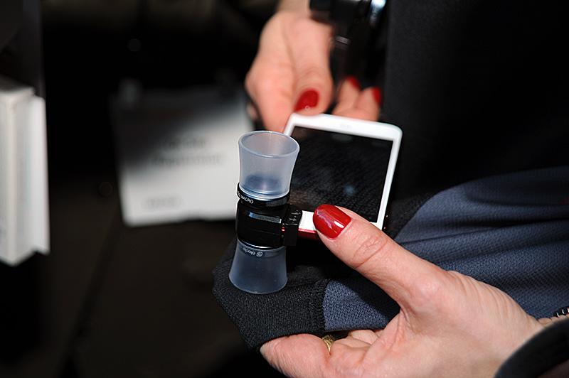 iPhoneに挟んで利用するクリップ型のコンバージョンレンズ「Olloclip」。光学設計を一新した4-in-1の標準レンズに加えて、マクロ専用の3-in-1も発売