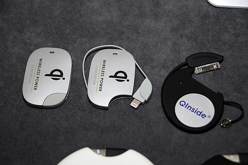 Wireless Power Consortium(=WPC)のQi。プロトタイプとして、Lightningコネクタ対応のアダプタを出展。PCやセルフパワーのUSBハブなどのUSBポートに接続することで簡易的なQi充電台にすることができるプロトタイプもあわせて展示した