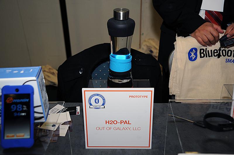 Bluetooth SIGの展示。H2O PALはBluetooth SMARTを使った水筒で、加速度センサーなどを使って水分の摂取量をカウントする。1日あたり約2Lの水分摂取を推奨して、水分不足が疑われるときには、スマートフォンなどにアラート表示するという