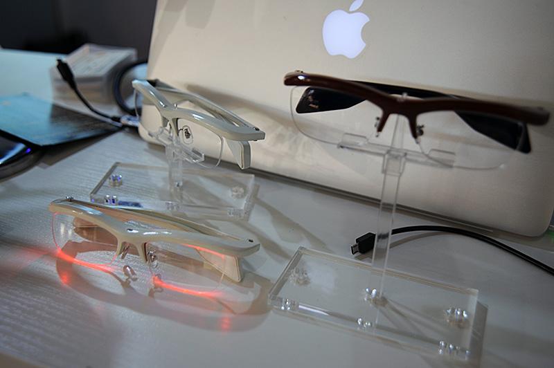 フレーム部分には、左右各3個のフルカラーLEDを搭載。レンズ側面に対して照射することで、レンズの縁全体が光る仕組み