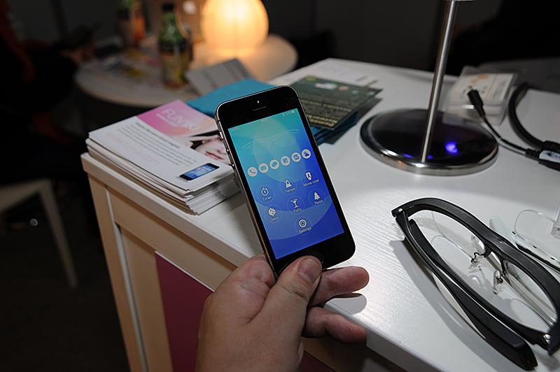 プロトタイプはiPhone向けに開発されている。設定用のアプリケーションは製品版と言っていいほどに完成度が高い。点灯色の設定をはじめ、点滅の間隔、繰り返しの回数などを細かく設定できる