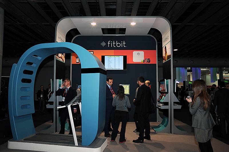 Fitbitのブースの様子。会場のコンコースに特設のブースがある。とりあえず歩数を稼ぎたいのであれば、ここのウォーキングマシンも利用できる
