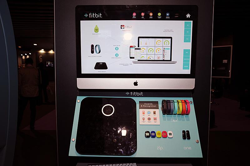 Fitbitの製品群。最新モデルにはForceがあるのだが、不具合が発生して現在は販売を中断している。Wi-Fi接続で連携できるボディスケールは国内未発売