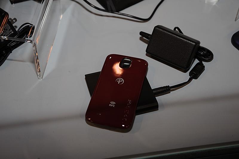incipioのブースに展示されていたAndroid向けと思われる後付けNFCのケース。PowerMat方式のワイヤレス充電にも対応する模様だ