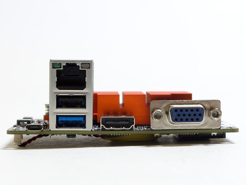 バックパネル。給電用Micro USB、Gigabit Ethernet、USB 2.0、USB 3.0、HDMI、ミニD-Sub15ピンを備える