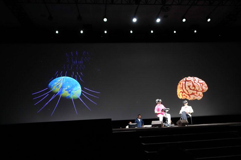 ゲームのイントロ部分で、画面の左がゲーム画面、右がモデル化されたプレーヤーの脳