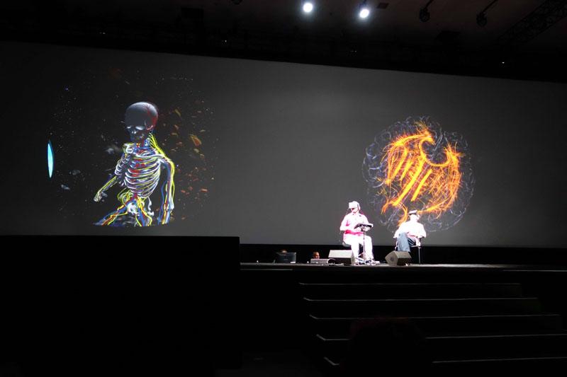 左がゲームプレーヤーで右が脳の観察者、左の映像がゲームで、右の映像がプレーヤーの脳