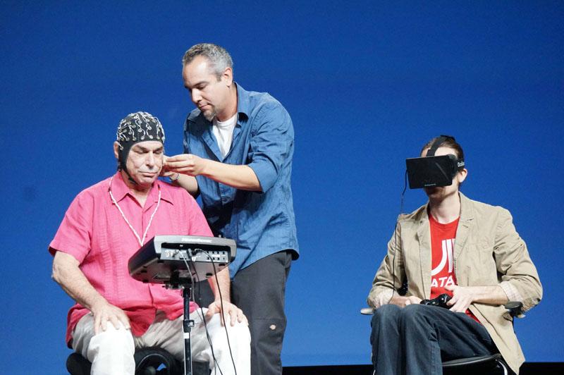 EEGヘッドセットをつけるHart氏