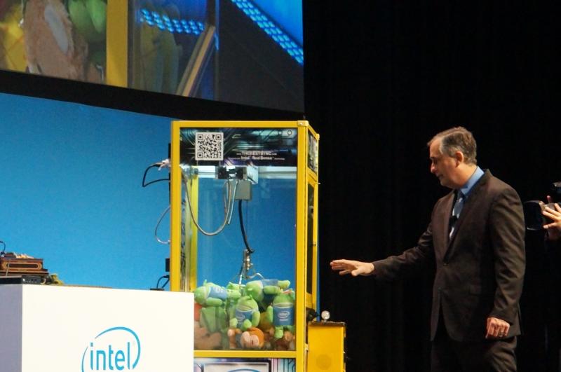 ジェスチャーで操作できるクレーンゲームのデモはきっちり動作した。Intelの開発キットを使って開発されたクレーンゲームは、3人のエンジニアが3日で作ることができたという
