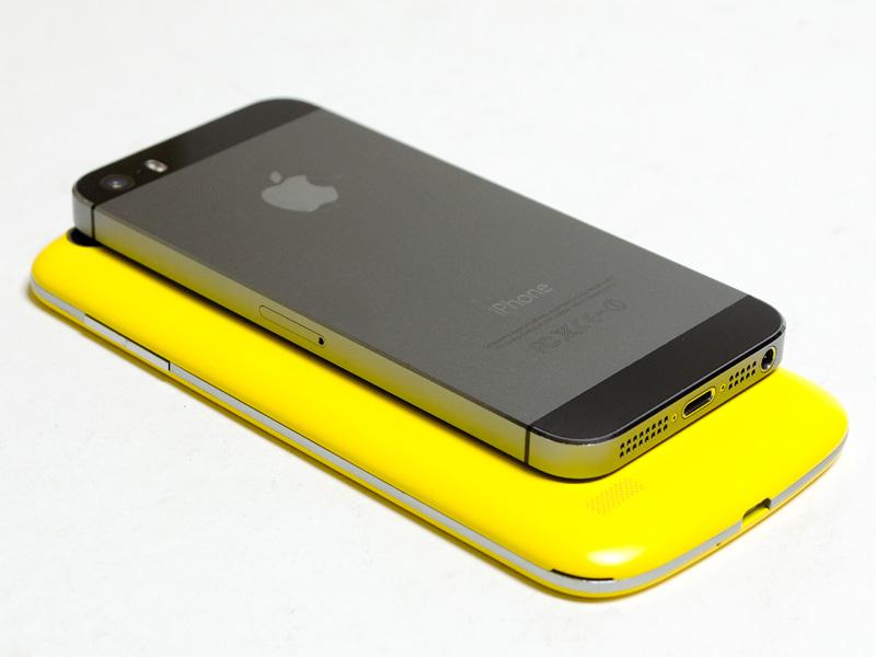 iPhone 5sとの比較。パネルが5型なので、さすがにiPhone 5sと比較すると、一回り以上大きい