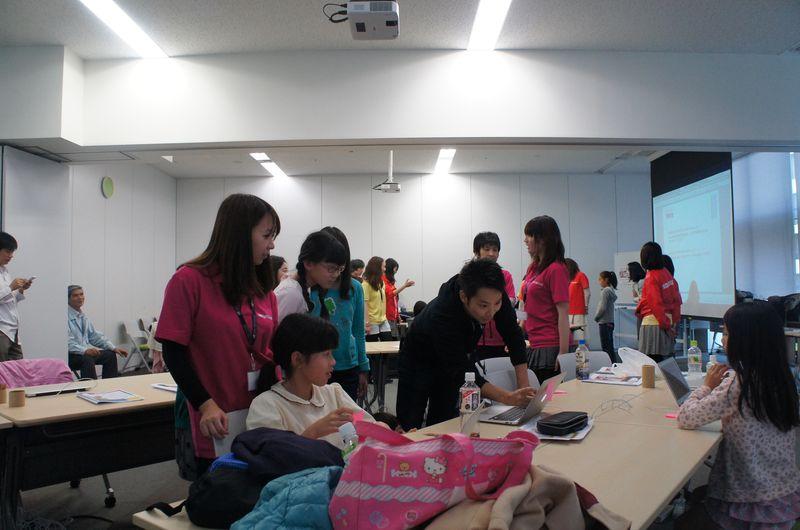 参加者だけでなく、講師やメンター、スタッフも子ども達の作品で遊んだ
