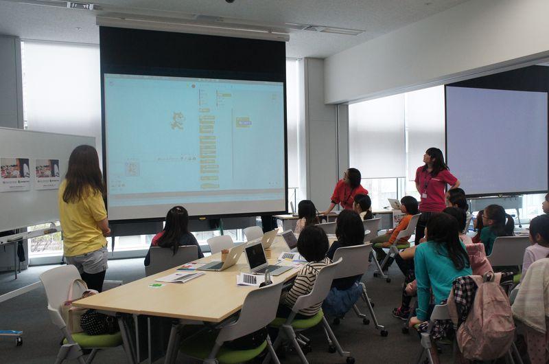 講師の説明中は、椅子を移動してスクリーンの前に集合する。対象は小学4年生から6年生の女子なので、みんな真剣に話を聴いていた