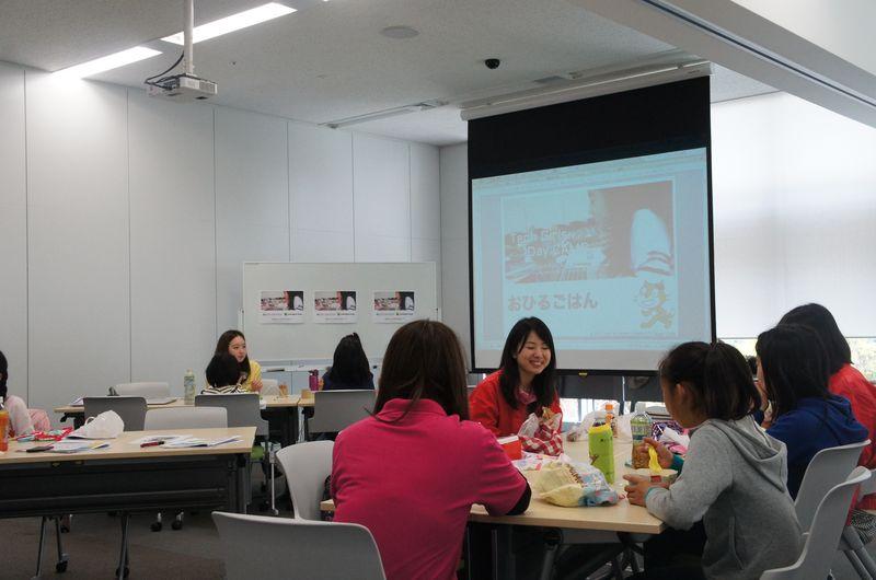 午前中の演習が終わると、お昼ご飯タイム。講師やメンターと一緒に持参の弁当を食べた