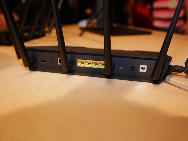 背面には、WANおよびLANのポートやUSB 2.0ポートなどを備える。WAN/LANポートはGigabit Ethernet対応