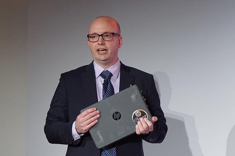 HPのKaveri搭載ノートPCを手にもって紹介するAMD クライアント事業部 モビリティソリューションズ 上級課長 ケビン・ランシング氏