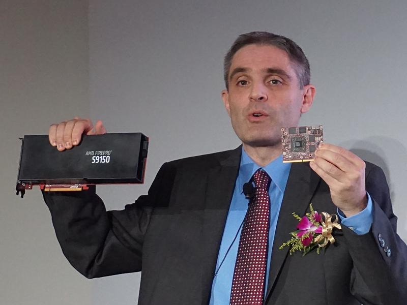 AMD プロフェッショナルグラフィックス事業部 事業部長 デビッド・カミングス氏。右手に持っているのがFirePro S9150、左手に持っているのがFirePro S4000X