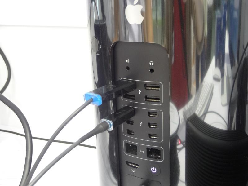 Mac Proとストレージを繋いで実際にデモしていた。上側がUSB 3.0、下側がThunderbolt