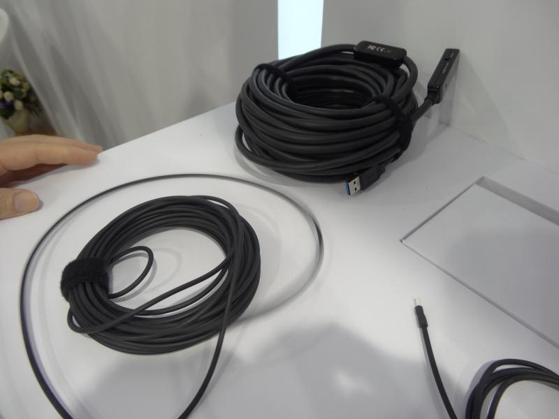 上側が銅線、下側がCorningの光ケーブル。10mといった長いケーブルだと、銅線は間にエクステンダも必要でかなり嵩張る