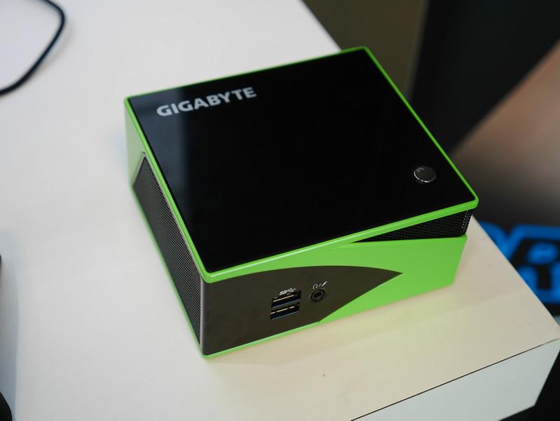 BRIXシリーズの高性能モデル「BRIX Gaming」の新モデル。標準でGeForce GTX 760を搭載。こちらはCPUにCore i5-4200Hを搭載するモデルで、Core i7-4710HQ搭載モデルはブラックとなる