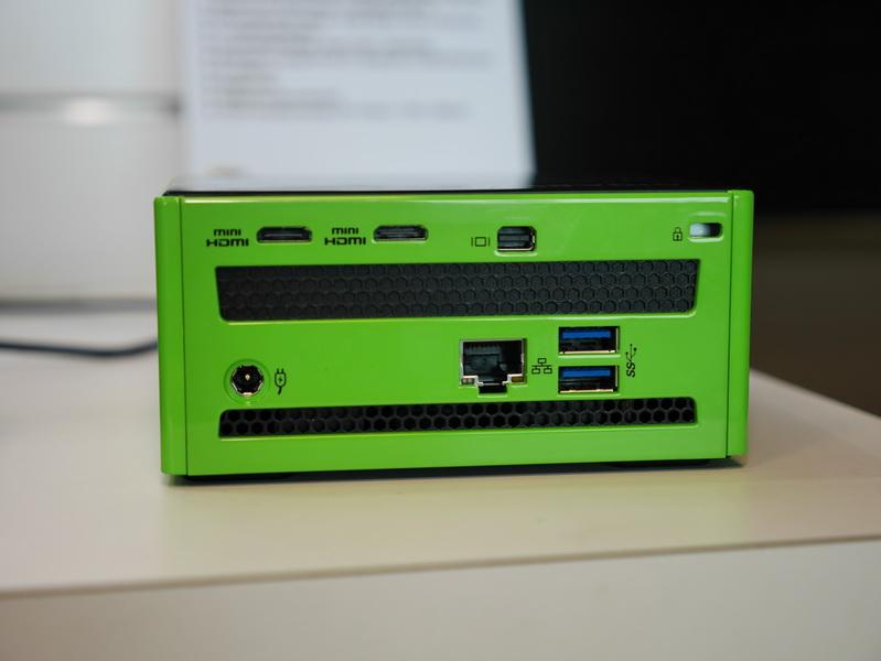 背面。Mini HDMI×2、mini DisplayPortを備え、3画面出力が可能。Gigabit Ethernet、USB 3.0×2もある