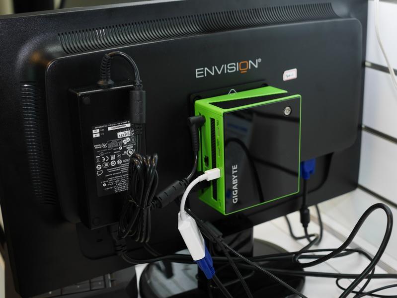 VESAマウンタも付属し、液晶背面に搭載可能。左がACアダプタで、かなり大きいことが分かる