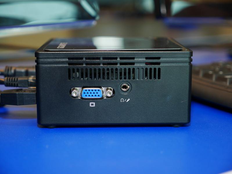 左側面。アナログRGB出力とヘッドフォン/マイク共用ジャックがある