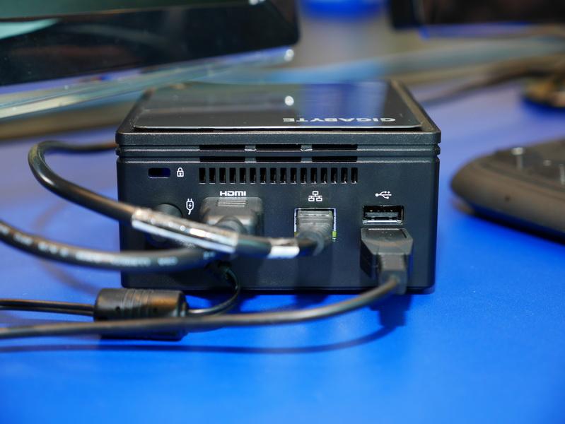 背面。HDMI、Gigabit Ethernet、USB 3.0×2を用意