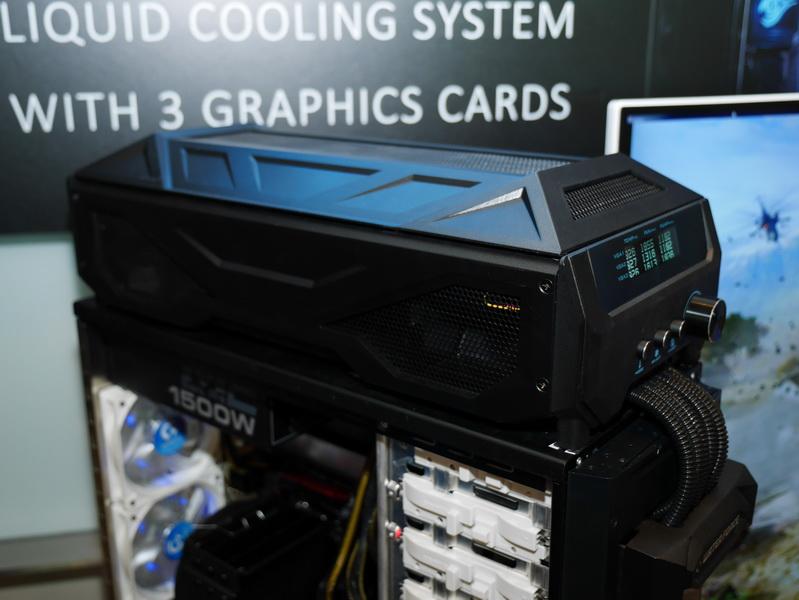 GeForce GTX 780Ti×3枚がセットになった水冷ビデオカードキット。「WATERFORCE」と紹介されていた