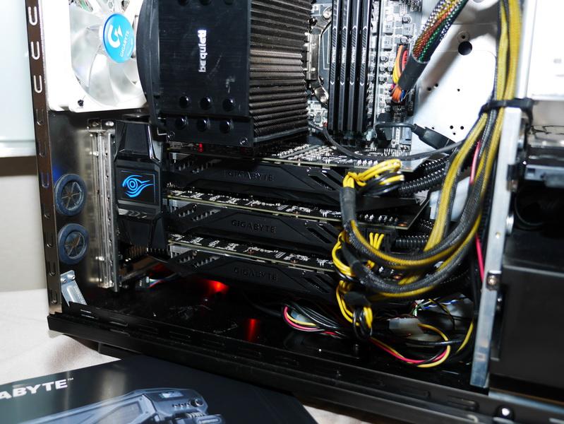 製品には、水冷仕様のGeForce GTX 780Ti搭載カードが3枚付属する