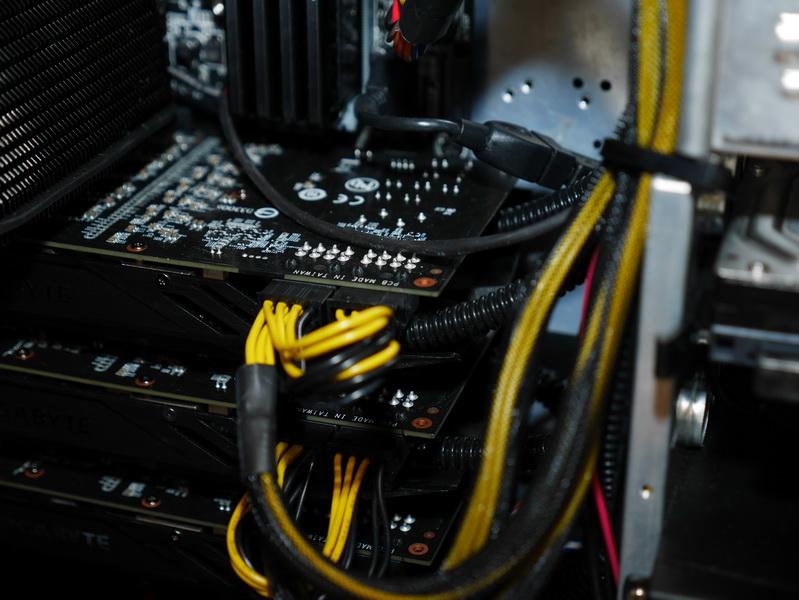 ケース外に設置するラジエータユニットとビデオカードは出荷時で接続済み