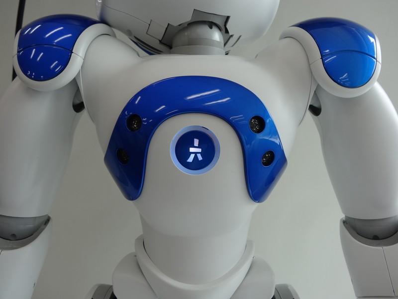 胸には障害物認識用の超音波センサーが2組