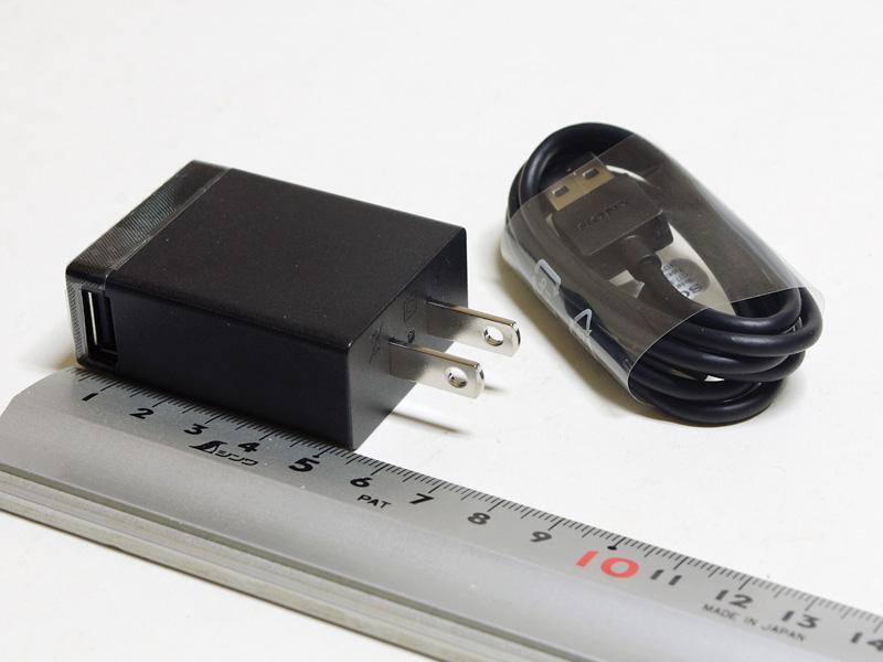 付属のUSB式ACアダプタ。約53×40×20mm(同)/39gと、かなりコンパクト