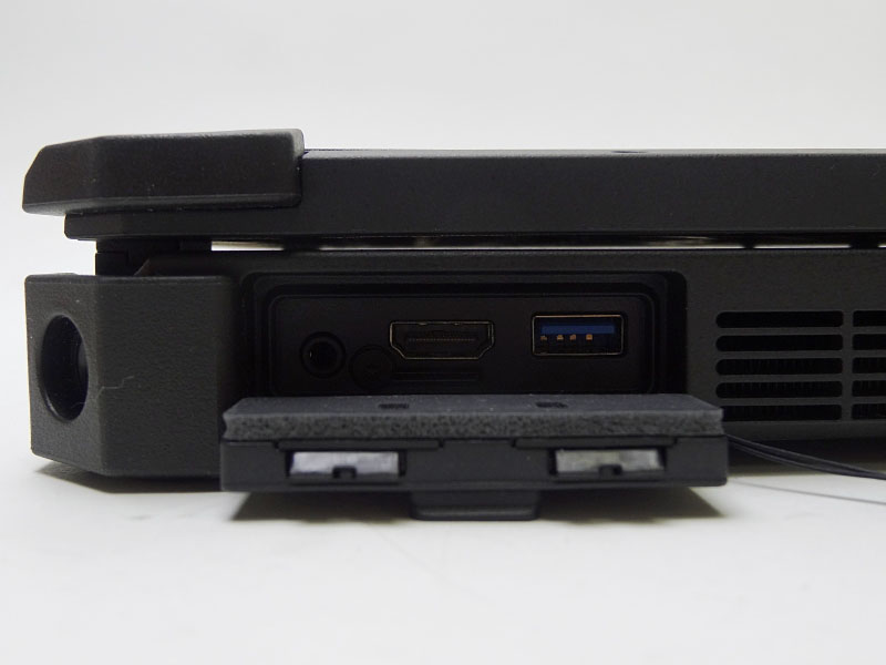 左側面にはHDMIとUSB 3.0、音声出力を装備