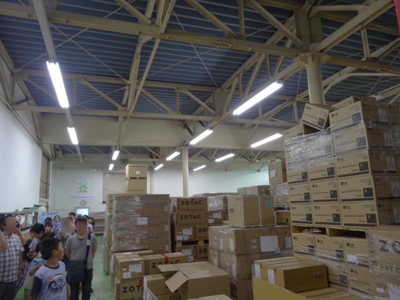 パーツが山と積まれた倉庫